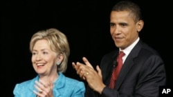 លោកស្រីរដ្ឋមន្រ្តីការបរទេសអាមេរិក ហ៊ីលឡារី គ្លីនតុន (Hillary Clinton) (រូបឆ្វេង) និងលោកប្រធានាធិបតីអាមេរិក បារ៉ាក់ អូបាម៉ា (Barack Obama) (រូបស្តាំ)។