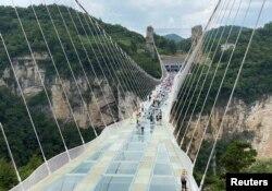 چین کے صوبے ہنان میں موجود 430 میٹر طویل 'گلاس برج' سیاحوں کو دنیا کی سب سے اونچی 'بنجی جمپ کی پیش کش کر رہا ہے۔