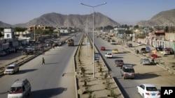 Beberapa kendaraan terlihat melintasi jalan Darul Aman, salah satu jalan yang baru dibangun di Afghanistan, Kabul (Foto: dok).