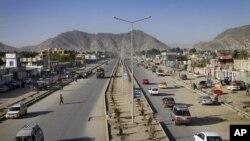 Xe cộ trên một con đường mới được xây dựng ở thủ đô Kabul, Afghanistan