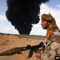 Um combante da oposição líbia