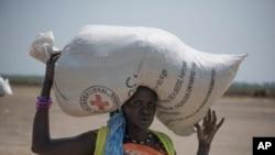 2017年4月11日拍摄的这张照片中,一名苏丹妇女 收到红十字会发放的食物。