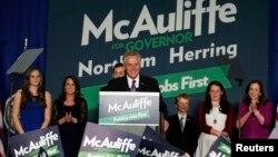 민주당의 테리 맥컬리프 후보가 5일 버지니아 주지사에 당선돼 투표자들에게 감사인사를 하고 있다.
