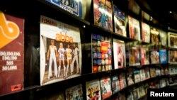 Piringan hitam dari kelompok musik legendaris asal Swedia ABBA di 'ABBA The Museum' yang terletak dalam Swedish Music Hall of Fame di Stockholm. (Reuters/Jessica Gow)