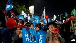 Los residentes de la aldea surcoreana de Seongj, donde es instalado el sistema de misiles, chocaron con la policía el domingo.
