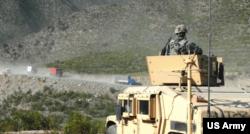 아프가니스탄 주둔 미군이 교전이 빈번한 지역을 순찰하고 있다.