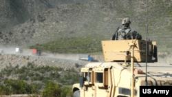 圖為美軍作戰後勤巡邏隊在阿富汗公路旁進行巡邏,保衛公路的安全。
