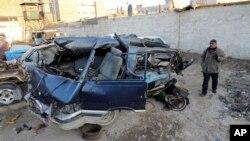 Xe cộ bị hư hại trong vụ tấn công bằng xe cài bom ở Baghdad, 16/12/13