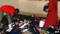 Mahasiswa membereskan barang-barang yang berserakan menyusul serangan Boko Haram terhadap Federal College of Education di Kano, Nigeria utara (17/9).