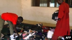 Wasu dalibai na neman kayan su bayan harin na kwalejin horas da malamai ta Kabuga, Kano.