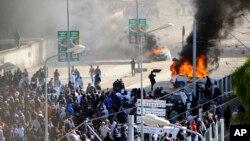 Warga Tunisia melampiaskan kemarahan dalam dalam prosesi pemakaman Chokri Belaid, tokoh oposisi yang ditembak mati pekan ini (8/2).
