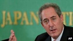 مایکل فرومن، نماینده تجاری ایالات متحده، در یک کنفرانس مطبوعاتی در باشگاه ملی مطبوعات ژاپن در توکیو صحبت می کند – ۲۸ مردادماه ۱۳۹۲ (۱۹ اوت ۲۰۱۳)