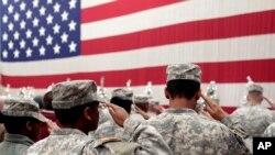 Para tentara memberi hormat bendera Amerika dalam sebuah upacara di Fort Carson, 5 Desember 2012. Seorang tentara Fort Carson telah dijatuhi tuduhan pembunuhan istrinya.