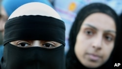 Dua perempuan Muslim di depan Little Harwood Community Center, Blackburn, Inggris. Sekelompok aktivis Inggris menuntut pemerintahan mereka untuk menghapus pengadilan-pengadilan syariah yang menurut mereka membuat perempuan dan anak-anak semakin termarjinalisasi.