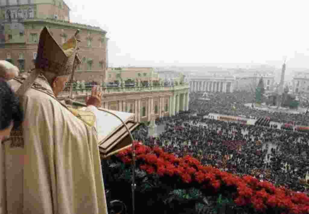 El Papa Juan Pablo II se dirige a la gente 'urbi et orbi', para bendecirles en la ceremonia de Navidad (1999).