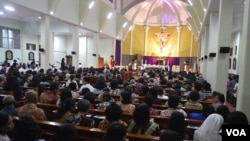Suasana di dalam gereja ST Lidwina Bedog di desa Trihanggo, Sleman menjelang Misi Syukur yang dipimpin Uskup Agung Semarang. (Foto: VOA/Munarsih)
