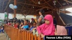 Anak-anak memadati balai ramah anak yang dibangun oleh SOS Childres's Villages Indonesia di Mamboro, Palu Utara, Sulawesi Tengah, 29 November 2019. (Foto: VOA/Yoanes Litha)