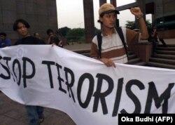 Dua aktivis mahasiswa memegang spanduk saat demonstrasi damai di Jakarta, 22 September 2000. (Foto: AFP/Oka Budhi)