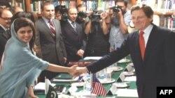 Посланник США Марк Ґросман і міністр закордонних справ Пакистану Гіна Раббані Хар