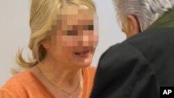 Судья беседует с Хайдрун Аншлаг в зале суда. Штутгарт, Германия. 15 января 2013 года