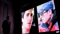 2010年12月22号在宣传新影片记者会上,银幕上打出英国演员克里斯蒂安.贝尔的照片(左)和中国导演张艺谋的照片(右)。