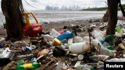 La mayoría de los residuos plásticos provienen de la tierra, y no de los cruceros o barcos de pesca. Es mucho más probable que los plásticos lleguen al océano si nunca fueron recogidos en la basura.