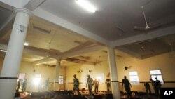 Pasukan keamanan Arab Saudi memeriksa kerusakan akibat serangan bunuh diri di masjid kota Abha, Saudi selatan, Kamis (6/8).