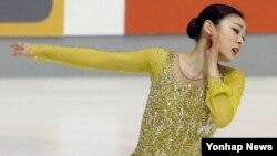 '피겨 여왕' 김연아가 6일 오후 크로아티아 자그레브의 돔 스포르토바 빙상장에서 열린 '골든 스핀 오브 자그레브' 대회 여자 싱글 쇼트프로그램에서 연기를 펼치고 있다. 김연아는 쇼트 프로그램에서 '어릿광대를 보내주오 (Send in Clowns)'를 선보였다.
