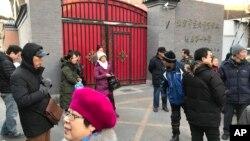 在2018年北京一小學發生持刀襲擊後,家長們聚集在宣武師範學院北京第一附屬小學門口。