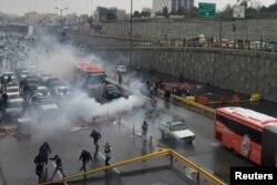 이란 수도 테헤란의 고속도로에서 경찰들이 휘발유가격 인상에 항의하는 시위대와 충돌했다.