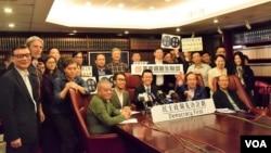 香港「民主政綱先決計劃」宣佈優先分配46張提名票給退休法官胡國興。(美國之音湯惠芸攝)