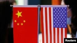 北京举行的中国国际服务贸易交易会上展示的美中国旗 。(2021年9月4日)