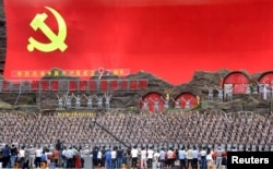 资料照:中国陕西延安的人们身穿红军服装演出,参加庆祝中共建党周年活动。(2018年6月29日)