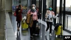 صوبہ سندھ میں کرونا وائرس کے مزید نو نئے کیسز سامنے آئے ہیں۔ حکام کا کہنا ہے کہ متاثرہ مریضوں میں چھ افراد حال ہی میں شام سے اور تین براستہ دبئی لندن سے آئے ہیں۔ (فائل فوٹو)