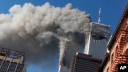 지난 2001년 9월 11일 미국 뉴욕 세계무역센터 쌍둥이 빌딩에 잇따라 항공기가 돌진한 직후 연기가 솟아오르고 있다.