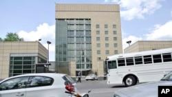 汽车和一辆巴士2013年5月14日通过莫斯科市中心美国驻俄罗斯大使馆的主要大楼