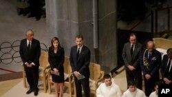 Королева Іспанії Летиція та король Феліп під час меси в пам'ять про жертв теракту у соборі Саграда Фамілія у Барселоні