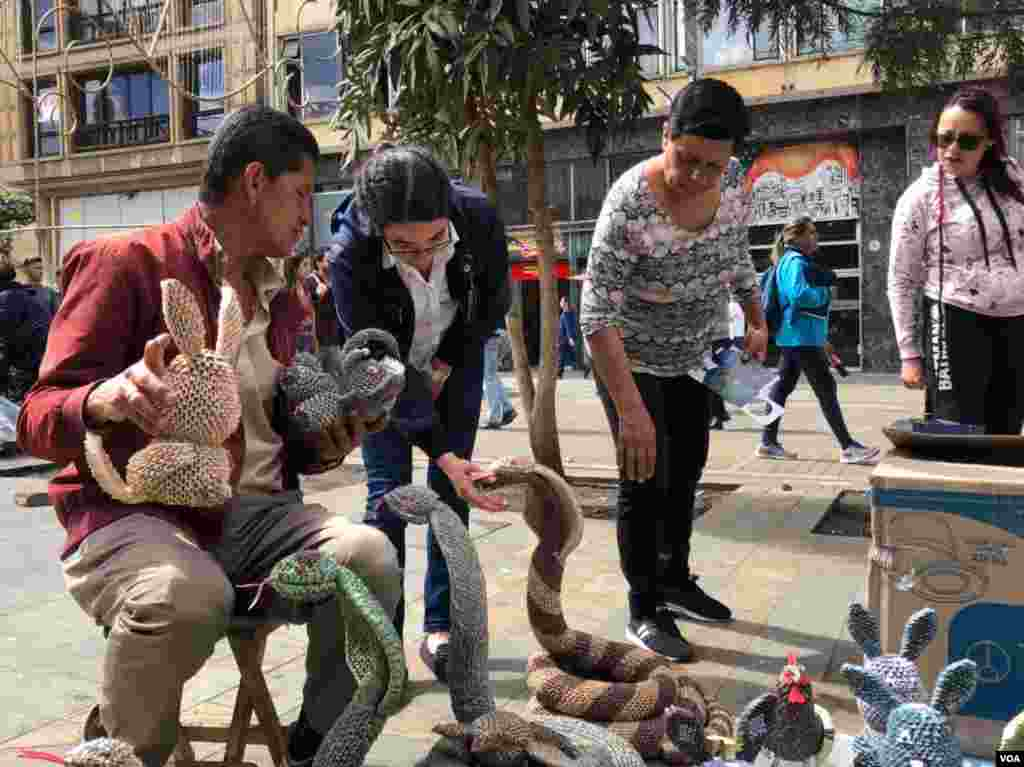 En época navideña y de vacaciones, la venta de esta figuras, así como la visita de los curiosos, aumenta por este corredor comercial de Bogotá.