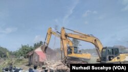 Alat berat meratakan lahan di kawasan bandara baru, di Kulonprogo, Yogyakarta. (Nurhadi Sucahyo/VOA)