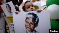 Wata 'yar shekara biyu da hoton Nelson Mandela