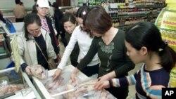 Người tiêu dùng mua thịt gà tại một siêu thị ở Hà Nội.