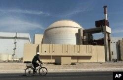 រូបឯកសារ៖ បុគ្គលិកម្នាក់ជិះកង់នៅខាងមុខអាគាររេអាក់ទ័រមួយនៃរោងចក្រថាមពលនុយក្លេអ៊ែរ Bushehr ក្នុងក្រុង Bushehr កាលពីថ្ងៃទី២៦ ខែតុលា ឆ្នាំ២០១០។