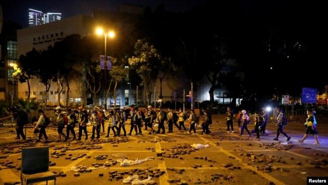 记者手记:18岁女急救员在香港理工大学警民大战中的历练