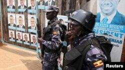Des policiers ougandais à Kampala, Ouganda, le 19 février 2016