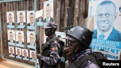 Des policiers ougandais devant une porte, 19 février 2016