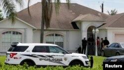 Polisi berjaga-jaga di depan salah satu rumah yang diduga terkait dengan penembak Orlando di Port St. Lucie, Florida (12/6). (Reuters/Joe Skipper)