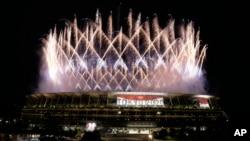 ٹوکیو اولمپکس کی افتتاحی تقریب کے دوران ہونے والی آتش بازی کا منظر ۔ فوٹو اے پی
