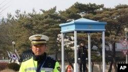 韩国警察守候在朴槿惠总统官邸青瓦台