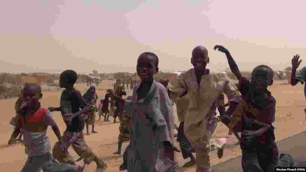 Les enfants à la poursuite du journaliste de VOA Afrique dans le camp de réfugiés d'Assaga, Diffa, Niger, le 17 avril 2017 (VOA/Nicolas Pinault)