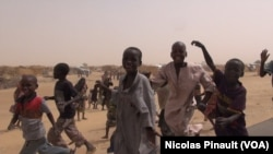 Des enfants dans le camp de réfugiés d'Assaga, Diffa, Niger, 17 avril 2017 (VOA/Nicolas Pinault)